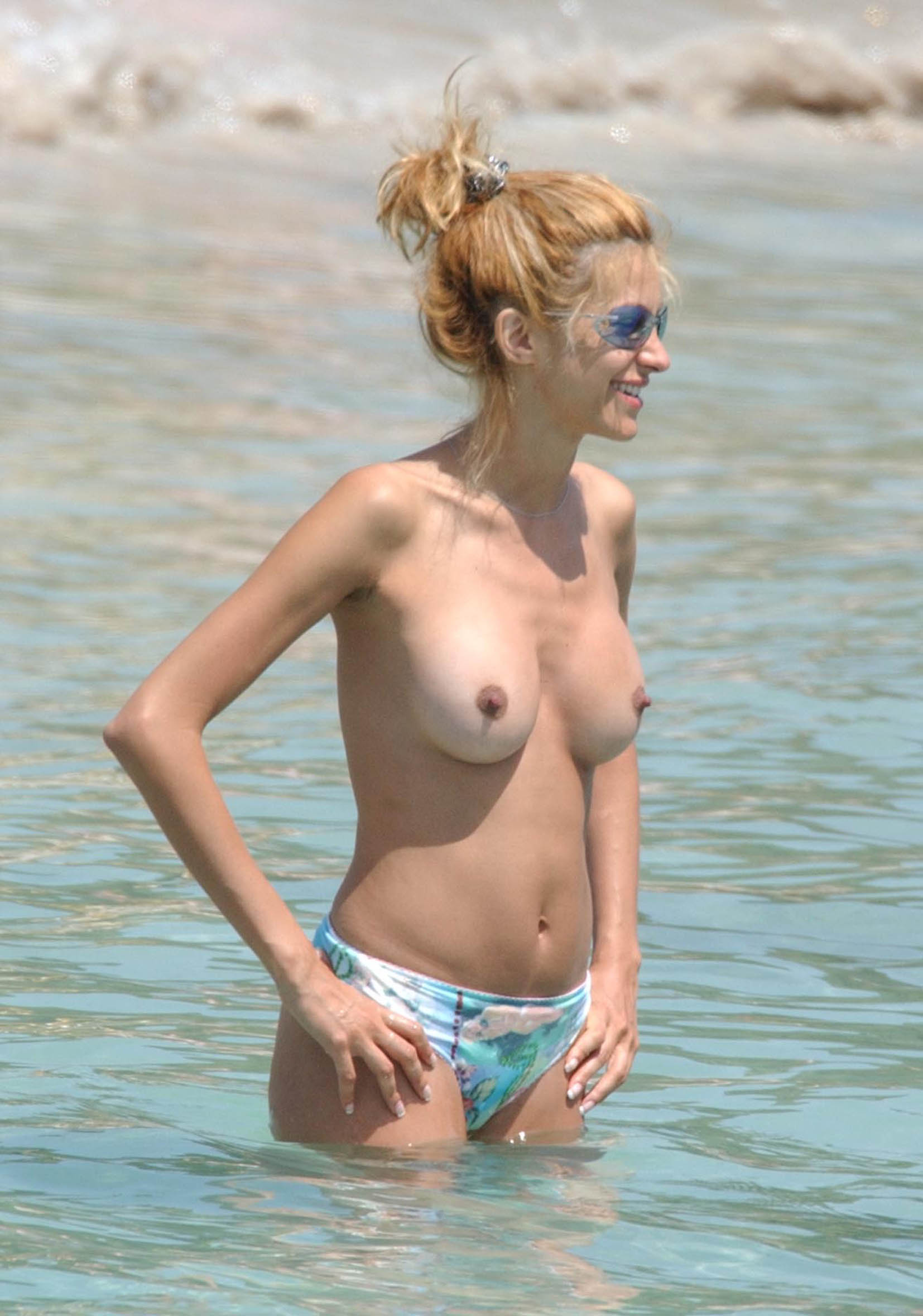Free nude celebrity pictures hot babe joanna krupa shows her tits